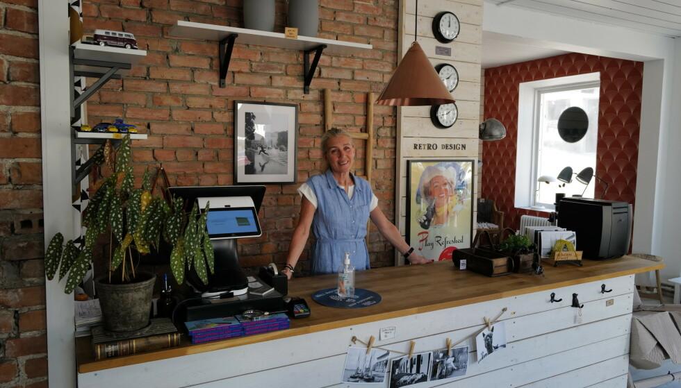 Gleder seg: - Denne sommeren skal bli kjempefin, tror innehaver Gunilla Karlsson i Retro & Design i Strömstad. Foto: Odd Roar Lange/The Travel Inspector