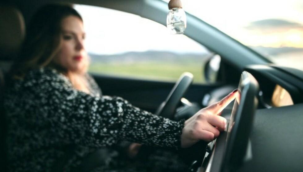 FARLIG: I løpet av ett sekunds uoppmerksomhet i 90 km/t, har bilen din forflyttet seg 25 meter. Dukker det plutselig opp noe uforutsett, kjører du minst 50 meter før du klarer å stoppe bilen, reaksjonstid og bremsestrekning inkludert. Foto: Trafikksikkerhetsforeningen