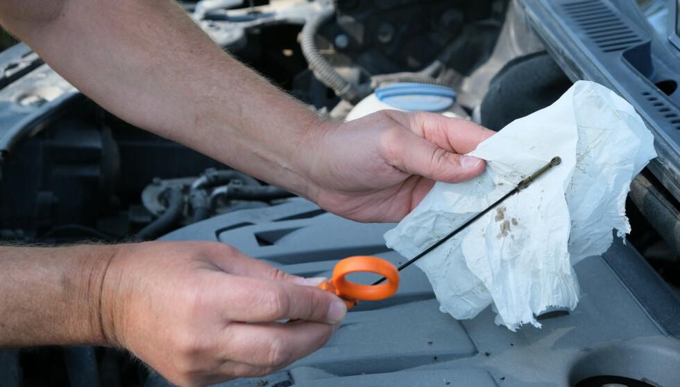 IKKE FARLIG: Før du drar på ferie må du sjekke oljen på motoren. Opp med panseret og opp med peilepinnen. Det er ikke farlig. Foto: Rune Korsvoll