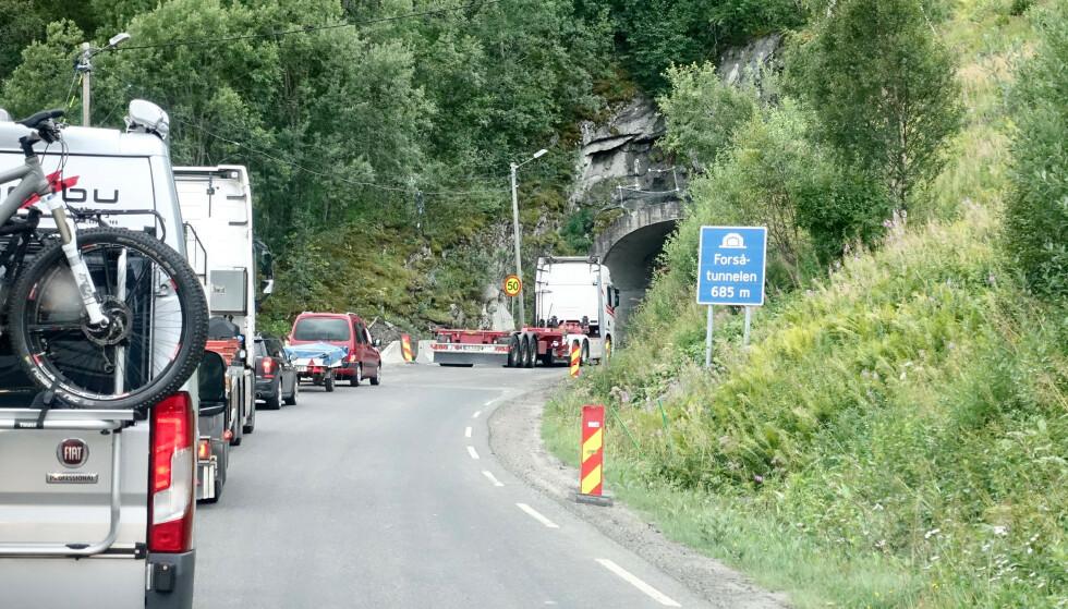 KØ: Biler står i kø ved Forsatunnellen (tidl stavet Forsåtunnellen) i Nordland, Tunnellen gjennomgår en større utbedring og biler slippes gjennom i puljer. I sommer har køene vært svært lange.Foto: Marianne Løvland / NTB