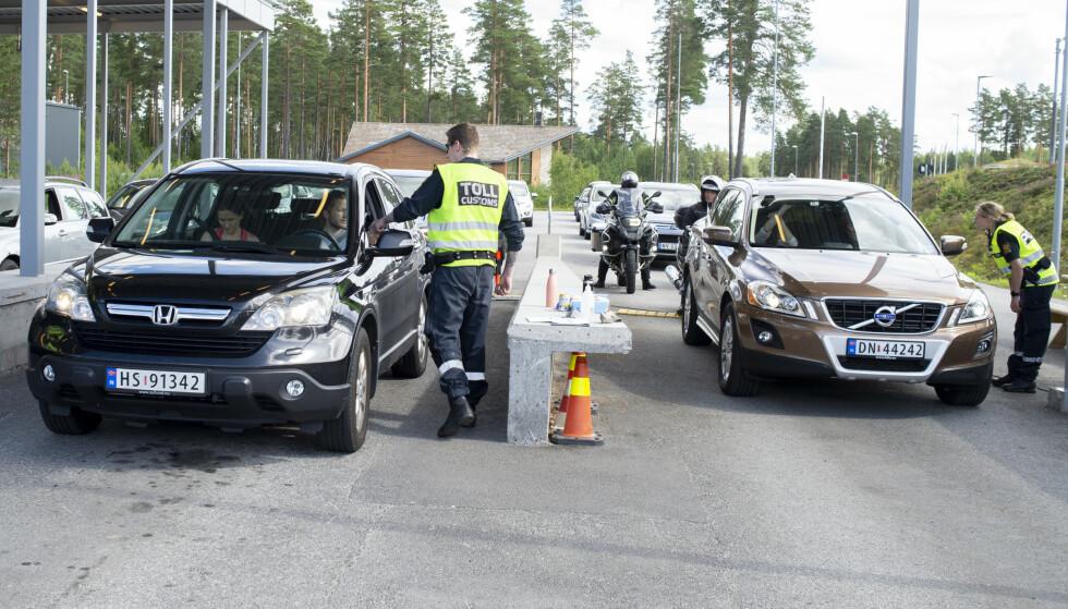 KØ: Ha dokumentasjonen klar om du skal reise over grensen og inn igjen i Norge i dag. Her fra Charlottenberg. Foto: Annika Byrde / NTB