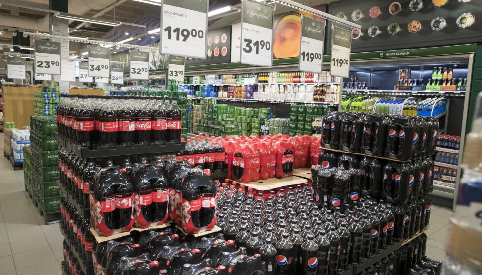 BILLIGERE: Endringen innebærer at avgiften på en liter brus reduseres med 2,09 kroner når en tar hensyn til at det er 15 prosent moms på alkoholfrie drikkevarer. Foto: Terje Pedersen / NTB