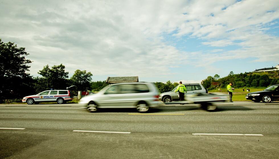 KONTROLL: Utrykningspolitiet er til stede på veien i sommer. Her fra Fredrikstad. Foto: Stian Lysberg Solum / NTB