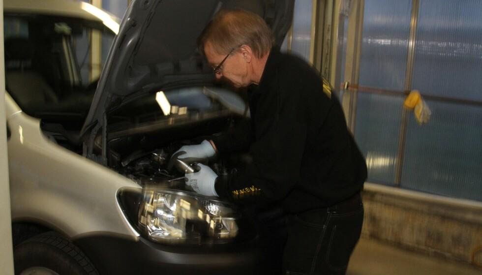 SJEKK SELV: Mange av de dyre bruktbil-fellene kan du relativt enkelt sjekke selv. Foto: Rune Korsvoll