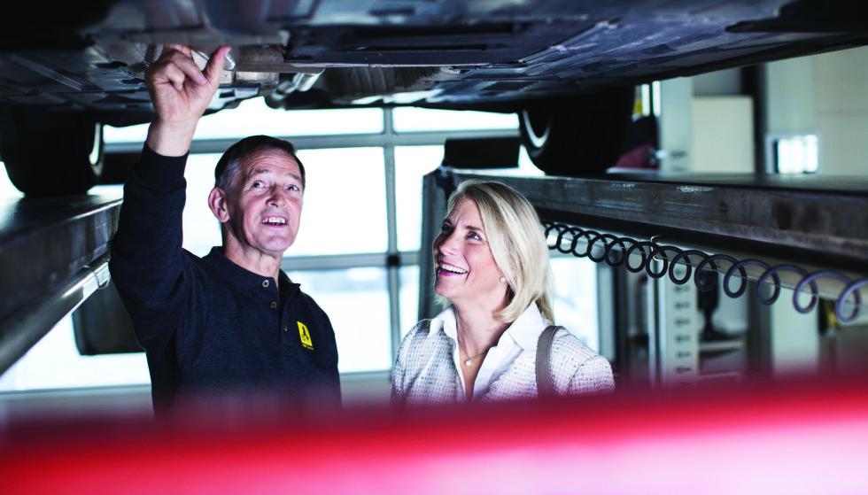 VIKTIG SJEKK: - Det er viktig å sjekke bruktbilen nøye, sier Asbjørn Rognes, som har jobbet som bruktbil-biltester og rådgiver for NAF-medlemmer i en mannsalder. Han avslører de dyre fellene du kan gå i. Foto: NAF