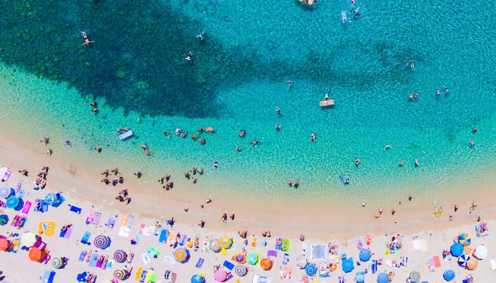 GRØNT: Fra mandag kan man reise til flere land uten innreisekarantene ved hjemkomst. Her fra øyen Korfu i Hellas. Foto: Dimitrios Vlassis / Shutterstock / NTB