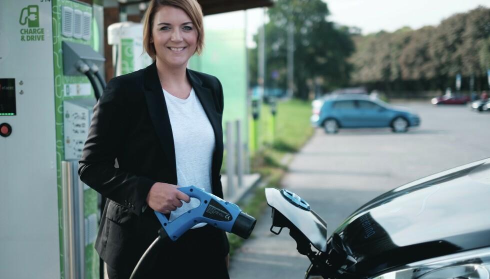 SINKER: Mens neste alle private nå kjøper elbil, er bedriftene de store sinkene, mener Christina Bu, generalsekretær i Norsk elbilforening. Foto: Elbilforeningen