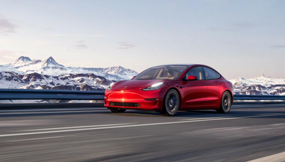 DEN NYE FOLKEVOGNA: Tesla Model 3 er den nye Folkevogna i Norge. Første halvår var dette den mest solgte bilen av alle i Norge. Foto: Tesla
