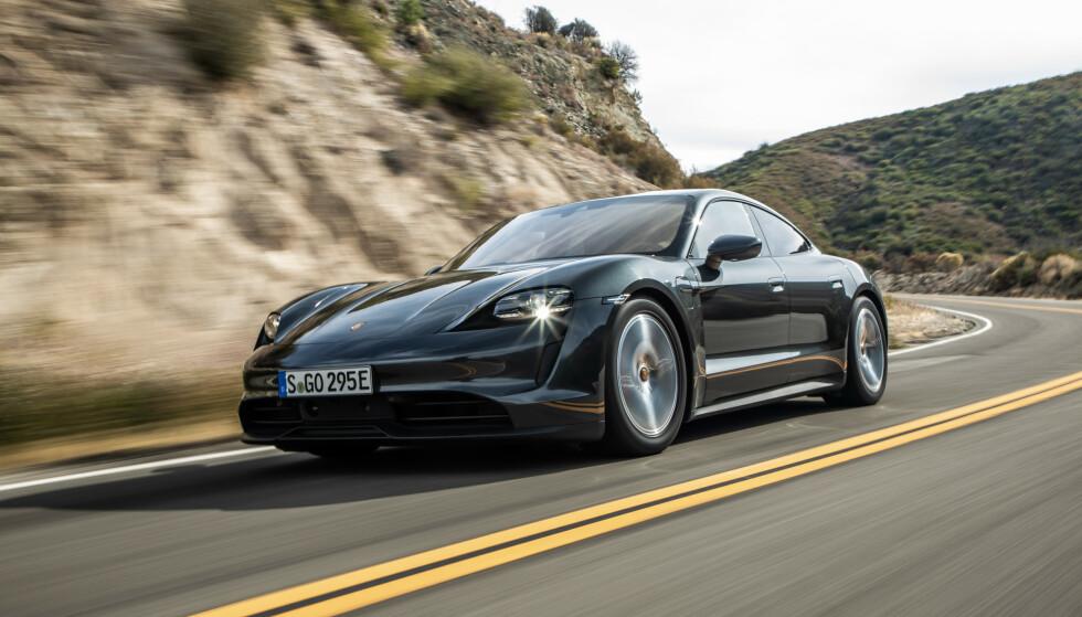 STØRSTE TILBAKEKALLING: Totalt 43 000 Porsche Taycan må tilbake på verksted for å fikse feil i programvaren som styrer strømmen fra det store høyspent-batteriet. Foto: Porsche