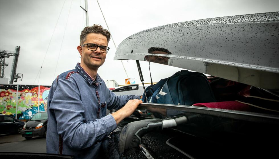 TAKLAST: Nils Sødal, kommunikasjonsrådgiver i NAF, sier det er viktig å være klar over vektbegrensninger før du fyller skiboksen med ferieutstyr. Foto: NAF