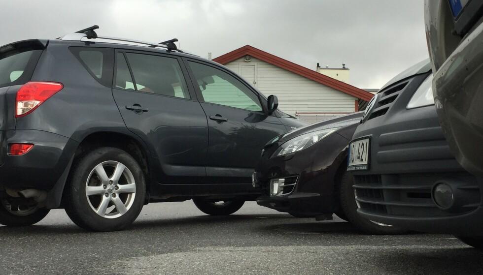 STADIG TRANGERE: Mens bilene har blitt betydelig bredere, er parkeringsplassene mange steder like smale. Foto: Rune Korsvoll