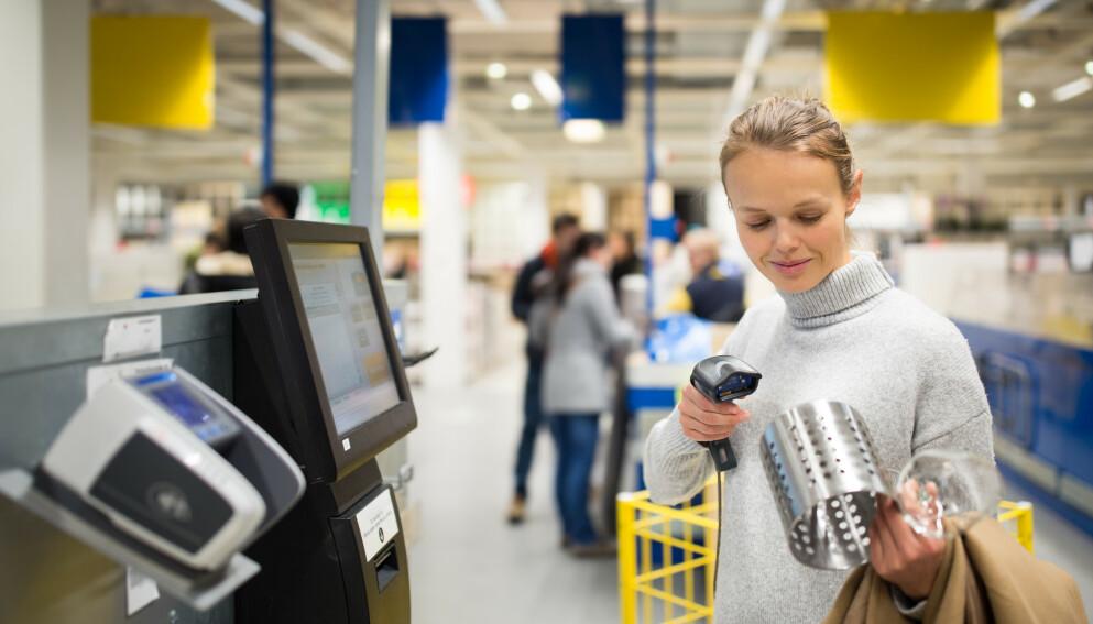 SKANN: Nå kan du skanne varene hos Ikea i appen deres underveis, i stedet for å stå i kø i kassa eller skanne varene der. Foto: Shutterstock / NTB