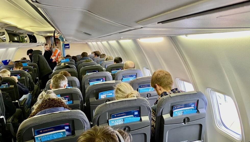 Myte eller sannhet? SAS ber passasjerene bytte maske etter fire timer. Smitteverneksperter avviser at det er nødvendig. Foto: Odd Roar Lange/The Travel Inspector