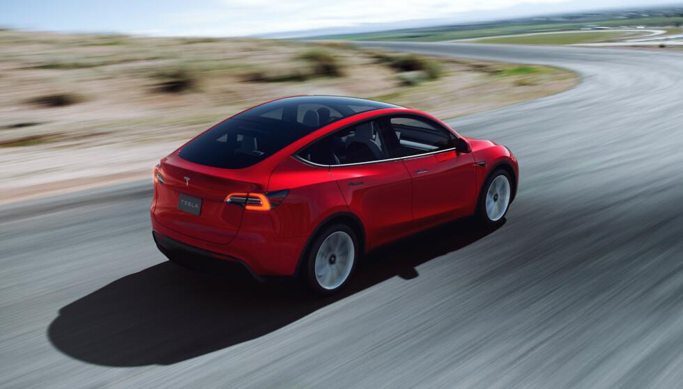 FRA KINA: De første norske kundene får sin Tesla Model Y i august. Bilene produseres på Teslas fabrikk i Shanghai i Kina. Foto: Tesla