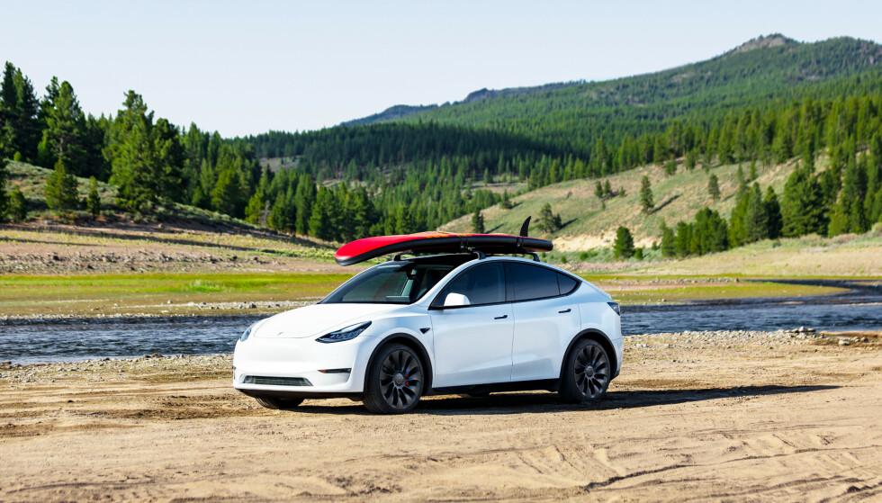 PRAKTISK: Model Y er en mellomstor SUV, med plass til mye bagasje og mulighet både for taklast og henger. Foto: Tesla