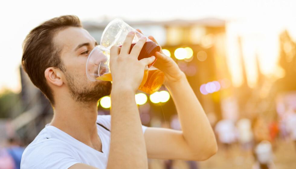 DRIKKER OPP: Antall enheter skyter i været i sommerferien, da drikker vi mye mer alkohol enn ellers i året. Når vi øker alkoholinntaket på sommeren, kan det være vanskelig å justere ned forbruket etter ferien, sier Randi Hagen Eriksrud, generalsekretær i organisasjonen Av-og-til. Foto: NTB Scanpix