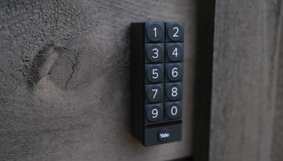 Med Yales smarttastatur kan du taste en kode for å løse opp døra. Foto: Martin Kynningsrud Størbu