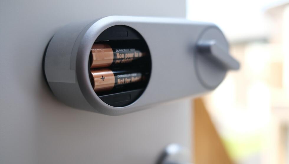 Batterier medfølger. Ifølge Yale er batterilevetiden mellom seks og ni måneder, avhengig av bruk. Foto: Martin Kynningsrud Størbu