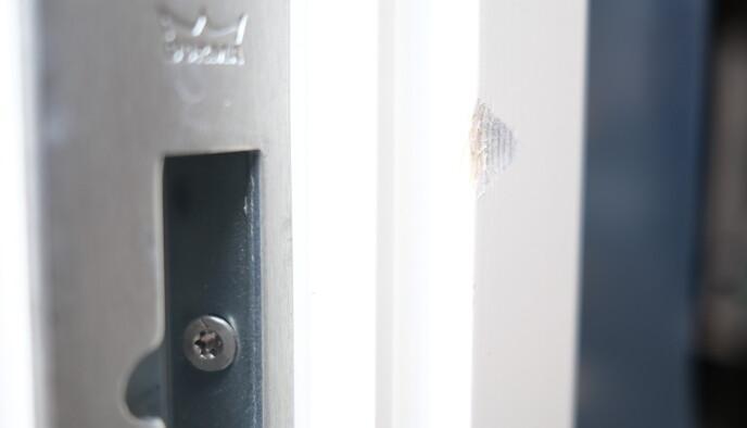 Døra og karmen var ny i 2020. Nå ser karmen slik ut. Foto: Martin Kynningsrud Størbu