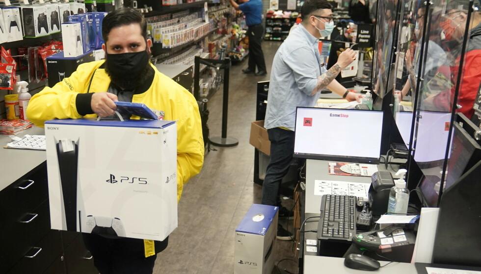 PLAYSTATION 5: Mange nordmenn venter fortsatt på å få tak i PlayStation 5. Bildet er fra en GameStop-butikk på Manhattan i New York. Foto: Reuters/Carlo Allegri/NTB