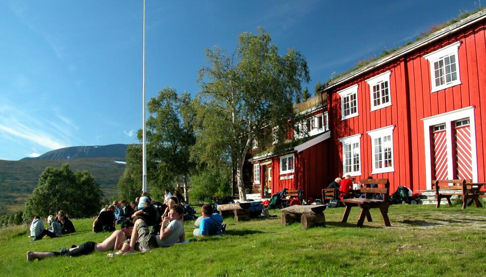 Ut på tunet: Gjevilvasshytta er populær både sommer og vinter. Foto: Jonny Remmereit/DNT