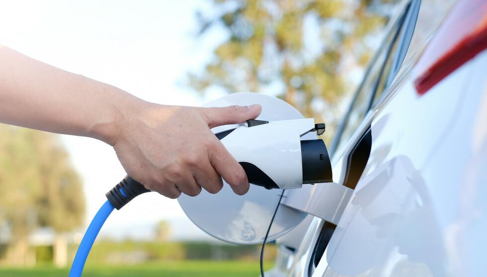 ELBIL: Sjekk med hytte-eier før du lader elbilen på en lånehytte i sommer. Foto: Shutterstock / NTB Scanpix