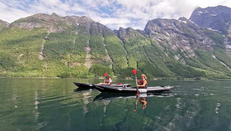 Ut på fjorden: Padletur på Hjørundfjorden. Foto: Odd Roar Lange/The Travel Inspector
