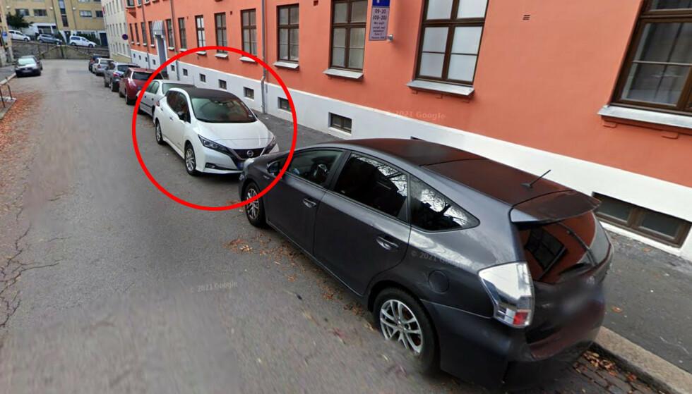 GIR BOT: Parkerer du langs veien, mot kjøreretningen, får du parkeringsbot i Sverige. Slik parkering er imidlertid tillatt her i Norge. Foto: Google Maps