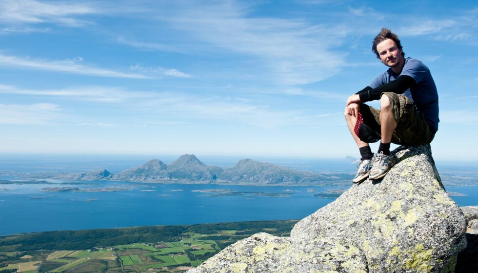 Tur med mange historier: Tur til De Syv søstre på Helgelandskysten. Dønnamannen i bakgrunnen. Foto: Hilde Mesics Kleven/DNT