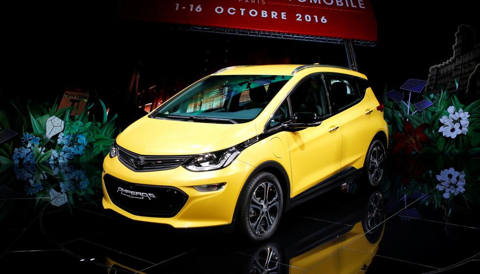 LADING: Eiere av Opel Ampera-e blir anbefalt å parkere bilen utendørs på grunn av brannrisiko. Foto: REUTERS/Benoit Tessier