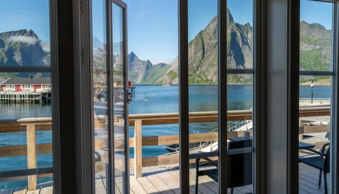 Sjøutsikt: Rorbua «Rostad» ved Reinefjorden Sjøhus har store vinduer og sjøutsikt. Prisen ligger på rundt 4000 kroner per natt. Foto: Kathrine Salhus