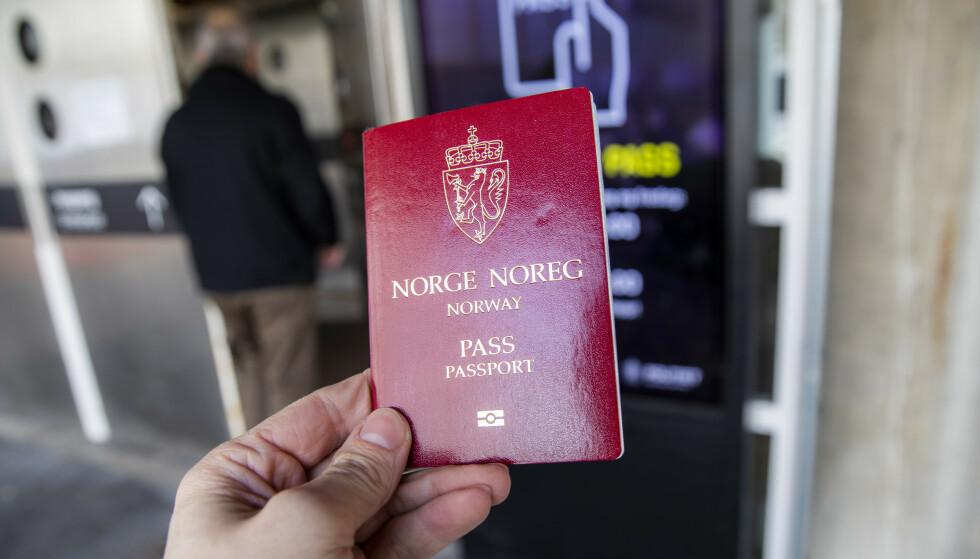 KAN BLI KØ: Politiet frykter at det kan bli lenge å vente, for de mange som trenger nytt pass i løpet av året. Derfor har de begynt å sende ut SMS-er til folk. Foto: Håkon Mosvold Larsen / NTB