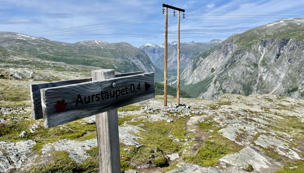 Lite skilt - stor opplevelse: Følg skiltet fra vegen og til Aurstupet. Foto: Odd Roar Lange/The Travel Inspector