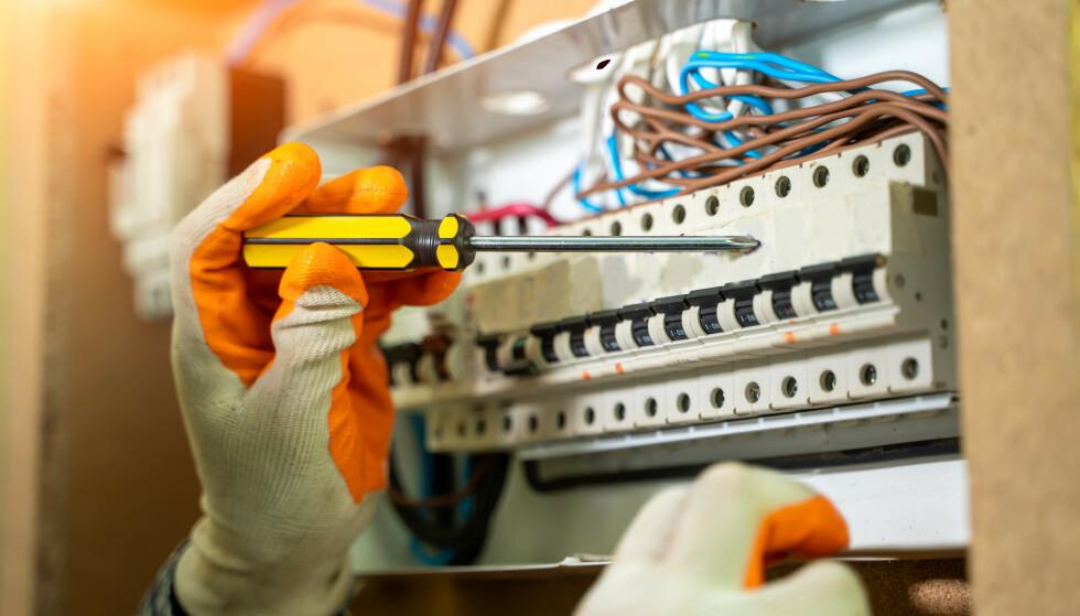 FAGLÆRT: Hovedregelen er at personer med fagbrev i elektrikerfaget og tre års relevant praksis kan arbeide lovlig på sitt eget el-anlegg, men noe kan du faktisk gjøre selv som ufaglært. Og, hva med vennetjenester? Les saken for å få svar. Foto: Shutterstock/NTB
