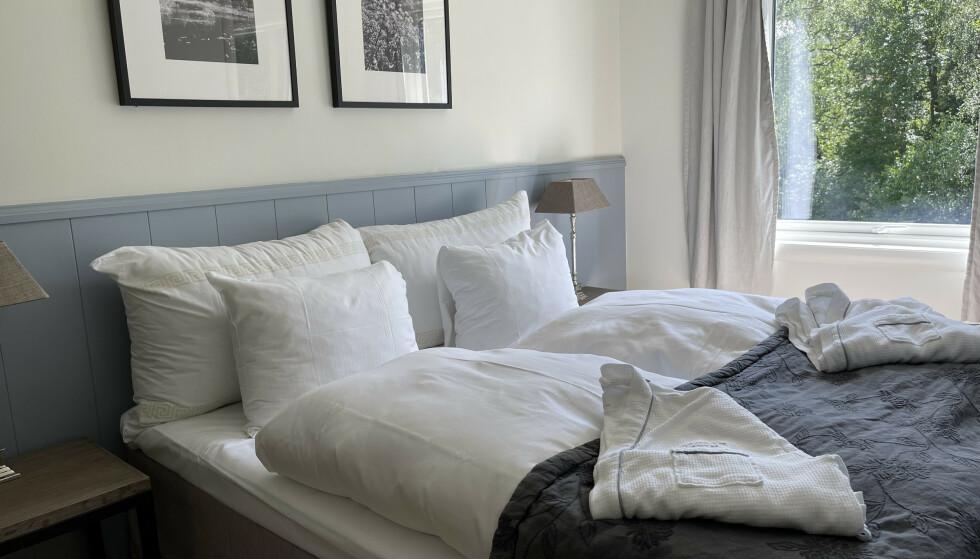 Gode puter: Noen få hotell - som her hos Strand Hotel Fevik - har satset på gode puter og dyner. Alt for mange har utstyrt senga med annenklasses sengetøy. Dette til tross for at gjestene ofte tilbringer det meste av hotelloppholdet nettopp i senga. Foto: Odd Roar Lange / The Travel Inspector