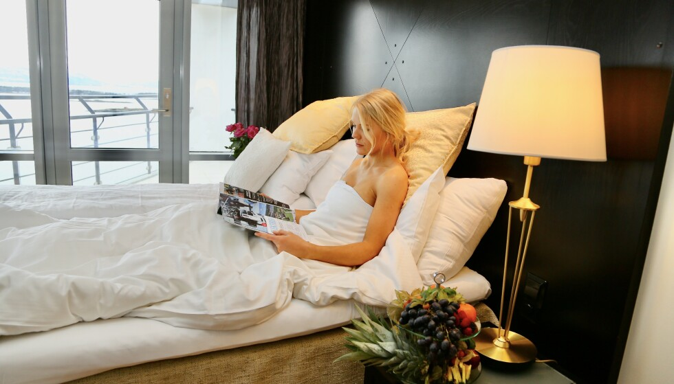 God natt: Det er smartere å lese et magasin eller en bok enn å bruke nettbrett eller mobiltelefon rett før du skal sove. Foto: Odd Roar Lange / The Travel Inspector