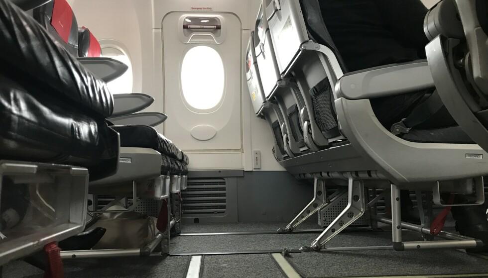 Forbudt: Her får du ikke ha håndbagasje eller løse klær/tepper under avgang og landing. Foto: Odd Roar Lange/The Travel Inspector