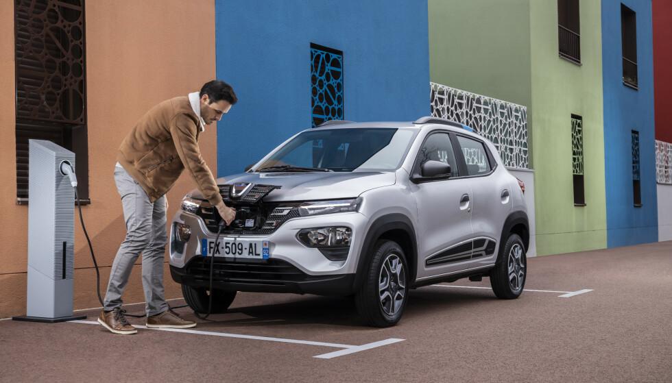 VENTER PÅ SPRING: Dacia har lansert billig-modellen Spring i Europa. I Danmark koster den 129 000 kroner. Det tar tydeligvis tid før fabrikken har en såkalt «vinterpakke» på plass, slik at den blir klar for Norge. Foto: Dacia