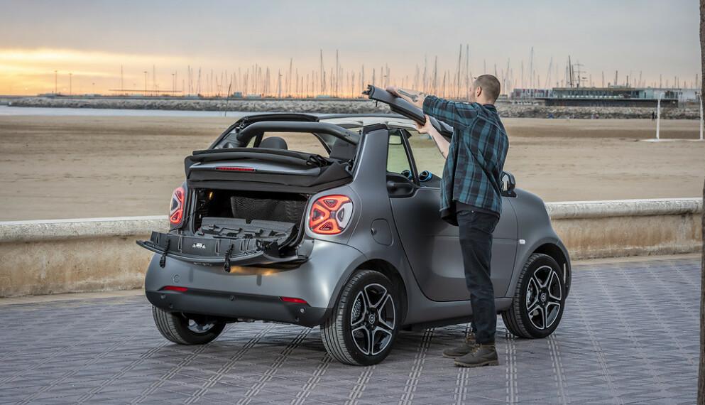 DEN BILLIGSTE: Smart er den billigste elbilen du kan kjøpe i dag. En toseter koster fra 196 100 kroner, mens en fireseter er rundt 11 000 kroner dyrere. Denne kabriolet-utgaven er den mest spennende. Foto: Smart
