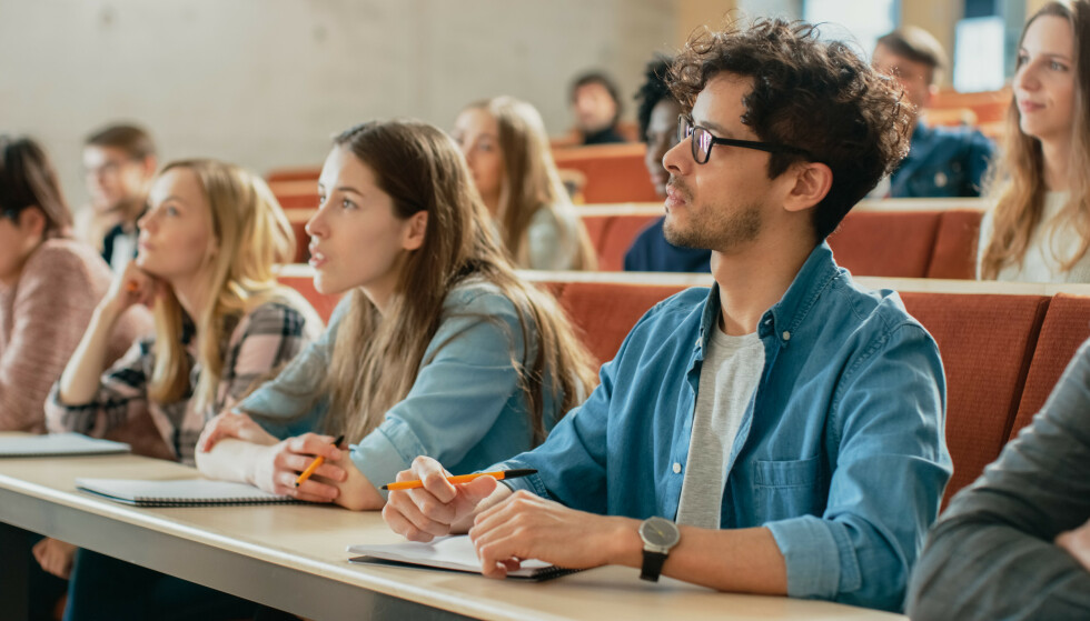 STUDENT: Før du takker ja til studietilbudet og signerer skolekontrakten, bør du sette deg nøye inn i vilkårene for tilbudet, oppfordrer Forbrukertilsynet. Les mer om de mange fallgruvene i saken under. Foto: Shutterstock/NTB.