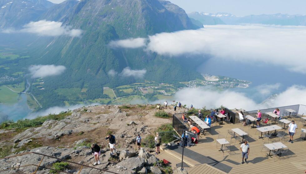 Nesaksla: Turen over Romsdalseggen ender ved toppen av Nesaksla før du går eller tar gondolen ned til sentrum av Åndalsnes. Foto: Odd Roar Lange/The Travel Inspector