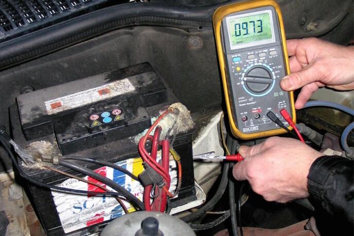 PROBLEMET: Flatt batteri står for nesten halvparten av alle nødstopp langs veien. Foto: Rune Korsvoll
