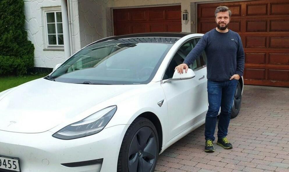 GLEDER SEG: Etter 40 000 kilometer bak rattet i sin Tesla Model 3, gleder Richard Atleen seg fortsatt til hver tur. Spennende teknologi, sportslige kjøreegenskaper og godt ladenettverk gjør at han er svært fornøyd med bilen. Foto: Elbilforeningen
