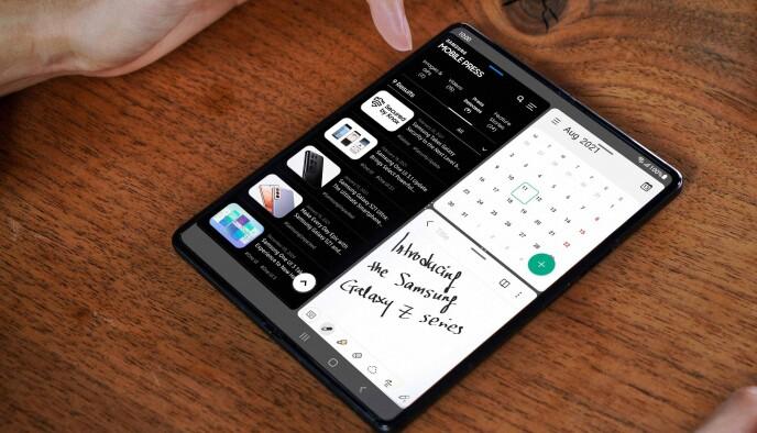NY VARIANT: Denne gangen har Galaxy Fold 3 fått skjult frontkamera, støtte for S Pen og mer robust konstruksjon. Foto: Samsung
