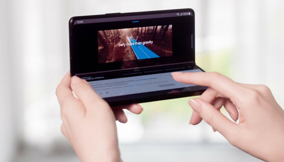 I halvbrettet modus kan appene brukes på spesielle måter. Her er kommentarfeltet og den slags på YouTube på den nederste skjermen, med videoen spillende på den øverste. Andre muligheter er for eksempel tastatur og samtaletråd på hver sin skjerm. Foto: Samsung