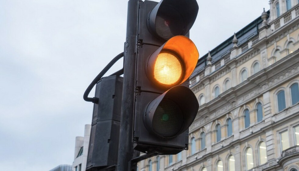 """STOR USIKKERHET: Undersøkelsen viser at det er stor usikkerhet om hva man skal gjøre når lyset skifter til gult. Noe sier «kan kjøre», mange sier """"helt forbudt å kjøre"""". Foto: Shutterstock/NTB"""
