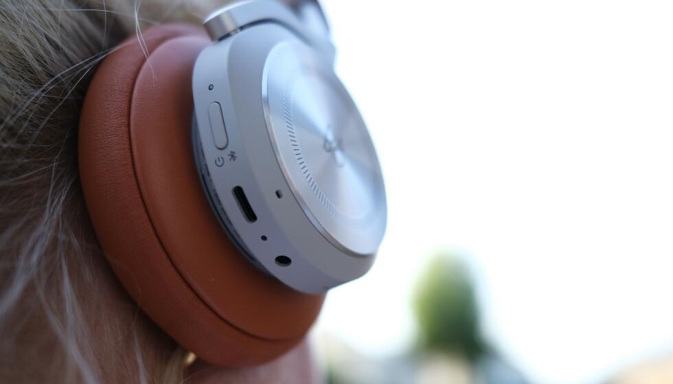 HØYRE KLOKKE: Knapp for strøm og Bluetooth, samt USB-C og minijack. Foto: Martin Kynningsrud Størbu