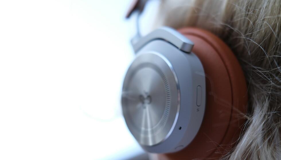 VENSTRE KLOKKE: Knapper for støydemping og stemmeassistent/mikrofon av og på. Foto: Martin Kynningsrud Størbu