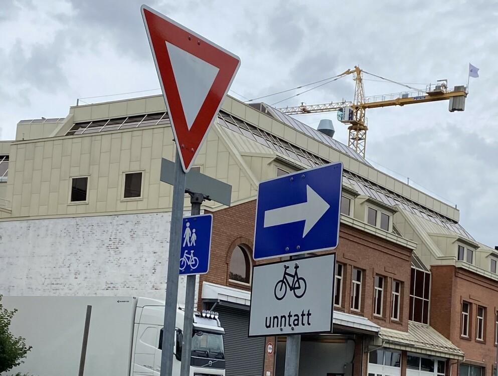 FORVIRRENDE: Slik ser trafikkskiltingen ut i Matrosgata. Skjønner du hvilket skilt du skal følge her? Foto: Tipser