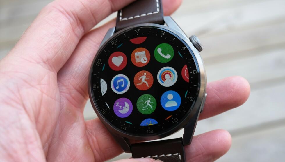 HUAWEI WATCH 3 PRO: Huaweis nye smartklokke kjører HarmonyOS, som kan minne litt om watchOS. Foto: Martin Kynningsrud Størbu